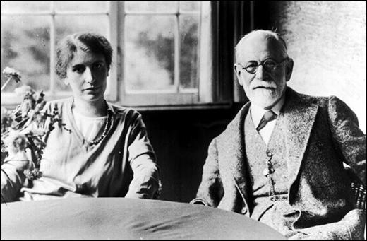 Anna Freud with her father in 1920.