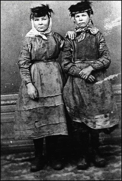 (Source 18) Two young women in Manchester (1890)