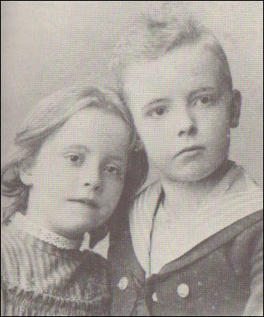 Karen Danielsen, aged 7 and her brother Berndt Danielsen, age 11 (1892)