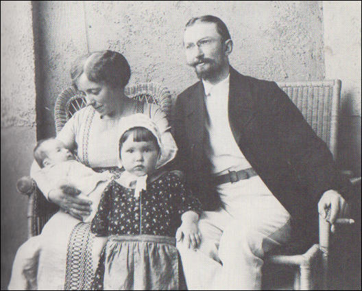 Karen and Oskar Horney with Brigitte and Marianne (1913)