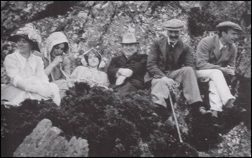 Sylvia Henley, Venetia Stanley, Violet Asquith, H. H. Asquith, Edwin Montagu and Maurice Bonham Carter at Anglesey in 1909.