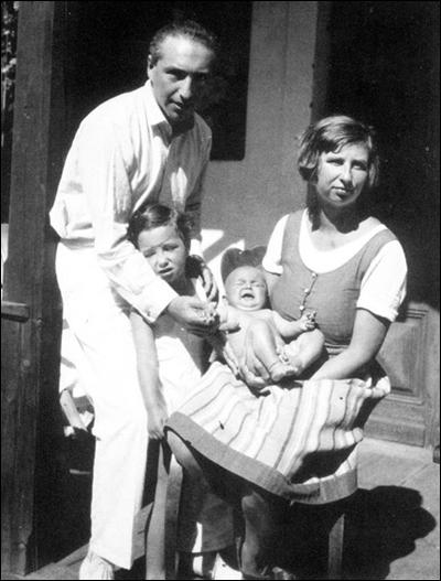 Wilhelm and Annie Reich with their two daughters, Eva and Lore