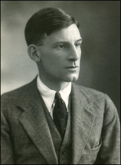 the importance of siegfried sassoon Siegfried sassoon - sassoon's importance - early experiences - 'war on war' - statement - hospital and afterwards - afterword find out more : 1 the importance of.