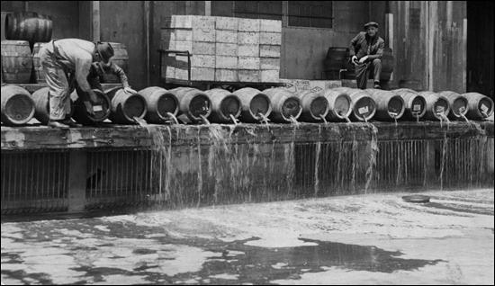 Men drain 10,000 barrels of beer into New York Harbor (1925)