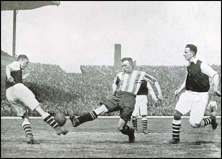 Eddie Hapgood and Herbert Roberts playing against Sheffield United.