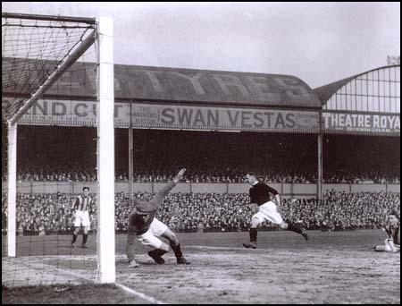David Jack scores in the semi-final against Hull City on 26th March 1930.