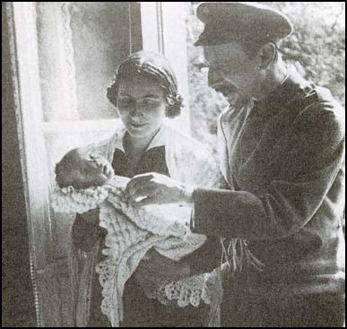 Rosa and Eugen Levine with their son in 1916