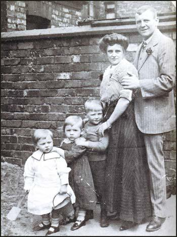 Charlie Roberts with his wife Mary and children William, Hilda and Chris.