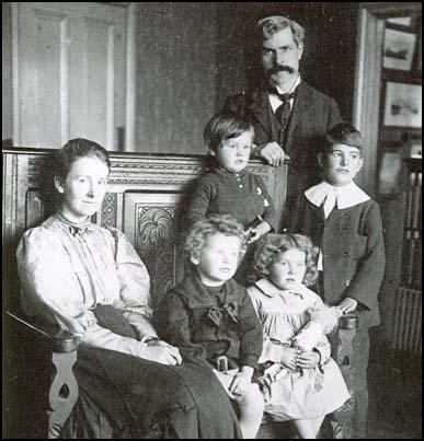Margaret and Ramsay MacDonald with their children.