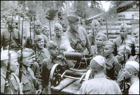 A Red Army officer instructs his men on the Maxim machine-gun