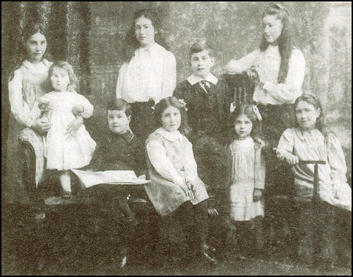 The Garman children in 1913. From left to right: Kathleen, Lorna, Mavin, Mary, Rosalind, Douglas, Ruth, Sylvia and Helen.