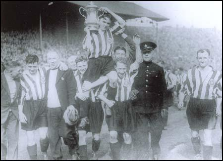 Sunderland players carry Raich Carter on their shoulders on 1st May 1937.