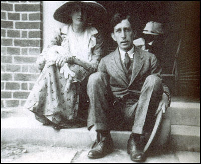 an analysis of the two essays by ts eliot and virginia woolf An underlying, general disgust for the opposite sex is one of the sentiments shared by writers virginia woolf and ts eliot while the two authors have.