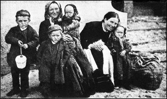 Irish immigrants arriving in the United States in 1902.