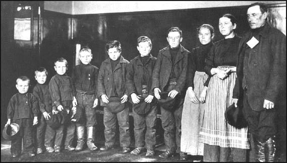 Jacob Mithelstadt and his family from Russia at Ellis Island in 1905.