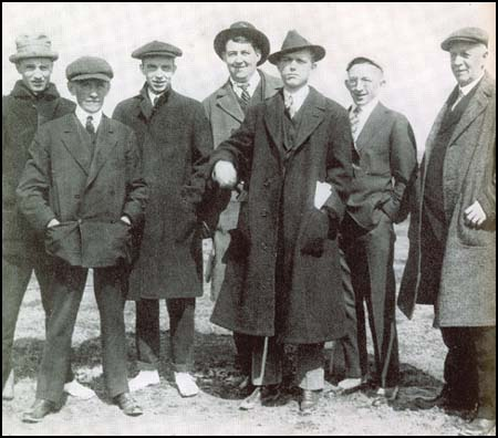 A group of journalists in about 1912. Left to right: Sid Mercer, W.G. Hanna, Jerome Beatty, Heywood Broun, Damon Runyon, Larry Semon and Sam Crane.